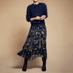 鍵柄 シフォン プリーツスカート コーディネート例 /カーディガンとスカートというフェミニンスタイルの王道を、贅沢な素材で表現したスタイリング。