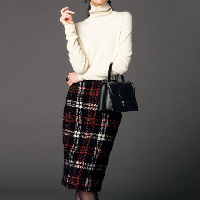 イタリア素材 チェックツイード スカート コーディネート例 /オフホワイトのニットをウエストインで着た、大人っぽくもキュートなスタイル。クラシカルな大柄チェックのツイードに、軽やかさをもたらします。