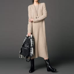 カシミヤ混 ブークレニット ワンピース コーディネート例 /リラックス感の高いニットワンピースは、バックパックとジョッパーズ風ブーツでメリハリを付けて、ストリートテイストな着こなしに。小物使いでセンスをアピール。
