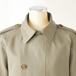 「NIKKE」 マフシルクリネン トレンチコート(サイズ2) 襟元のフックを留めて