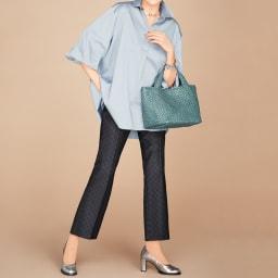 (股下丈65cm)チェルッティ社 裾フレアシルエット パンツ コーディネート例 ※今回こちらのお色の販売はございません。参考画像です。