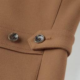 ダウンファブリックコート ウエスト部分にはアジャスターボタンが付いているので、シルエットを自由に調整できます。