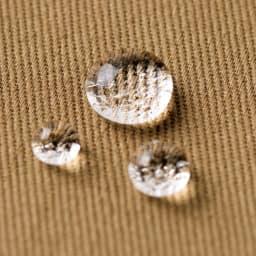「NANO-WING(R)」 撥水ジャケット 撥水素材「NANO-WING(R)」の中でも、しなやかな風合いと光沢を持つツイル生地を使用。