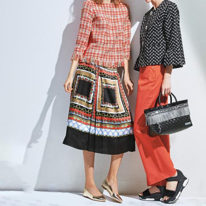 スカーフ柄プリント プリーツスカート (左)スカーフ柄プリント プリーツスカート コーディネート例