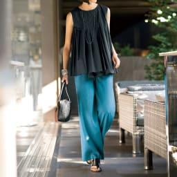 タックプリーツ イレギュラーヘム ブラウス コーディネート例 /ブラウス&ワイドパンツのリラックス感のある組み合わせながら、凝ったディテールと差し色の着映え力は驚くほど。