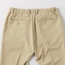 センタープレス ストレッチイージーパンツ(サイズM) スラックスのような両玉縁ポケットで後ろ姿も上品な仕上がり。ベルトをすることも可能。