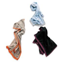 カシミヤニット 配色 ストール 左下:(オ)サンドベージュ×オレンジ、上:(エ)ライトブルー×グレー、右下:(カ)ブラック×ベリーパープル