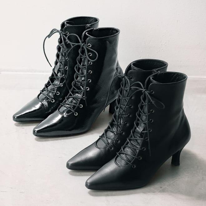 ポインテッドトゥ レースアップ ショートブーツ(日本製) 上から (イ)ブラック系 (ア)ブラック (イ)色はシワ加工を施した艶のあるエナメル革、(ア)色はマットなスムース革を使用しております。