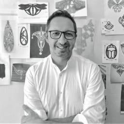 水牛 アール・デコ スカラベ イヤリング・ピアス アートへの造詣をアクセサリーのデザインに生かす、フランス人デザイナーのピエール・スリー氏。