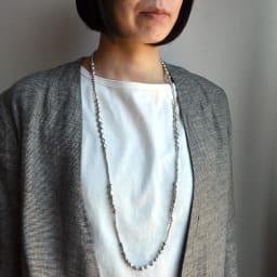 YUKIKO OKURA/ユキコ・オオクラ 淡水パール ロングネックレス (イ)グレー コーディネート例