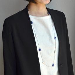 YUKIKO OKURA/ユキコ・オオクラ SV 天然石 ロングネックレス(1点もの) (イ)ラピス・淡水パール コーディネート例
