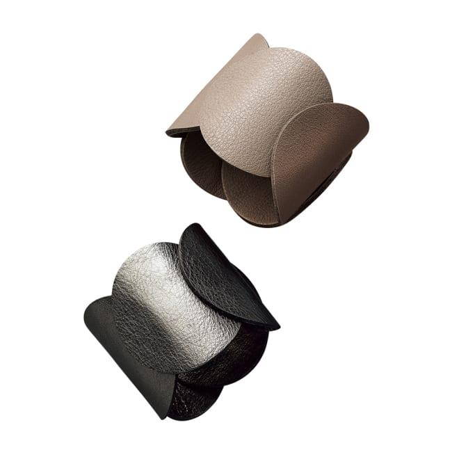MATERIA DESIGN/マテリアデザイン メタリック レザー バングル 左から (ア)メタリックグレー (イ)トープ
