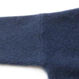 チャイニーズラクーンカシミヤ Vネック プルオーバー ボディは天竺編み、袖・襟・裾はリブ編み。