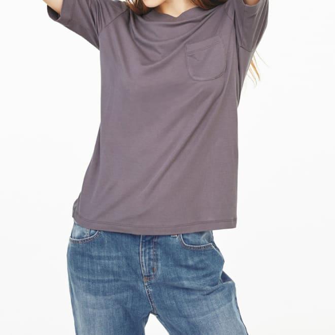 柔らかな肌触りのテンセルコットン クルーネックTシャツ (ウ)モカ コーディネート例