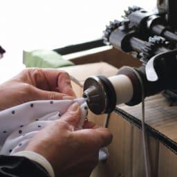 有松絞り フレンチスリーブ ワンピース 『DAMAコレクション』の服に施される蜘蛛絞りは半手作業。釣針に生地を引っかけ、機械で糸を巻き上げます。手作業よりも細かい粒に仕上がるのです。