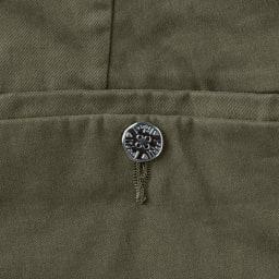 lideal/リディアル Planet トラウザー チノパンツ ヒップポケットでキラリと輝く、ブランドのアイコンでもあるオリジナルのメタルボタン。 ※今回こちらのお色の販売はございません。参考画像です。