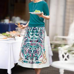 コットンシルク パネルプリント スカート コーディネート例 /モチーフからセレクトした色のニットを合わせて配色美人に。