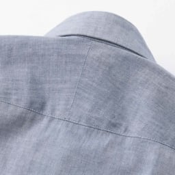 SCENE/シーン ツイルシャンブレー シャツ(日本製) 斜めに伸びる生地の特性を生かし、肩のラインに沿って斜めに縫い合わせたスプリットヨークを採用。 ※画像は同シリーズの別商品(PC67-01)です。