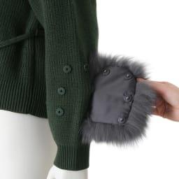 フォックスファー付き 片畦編みニット カーディガン 手元のファーはスナップボタンで着脱可。