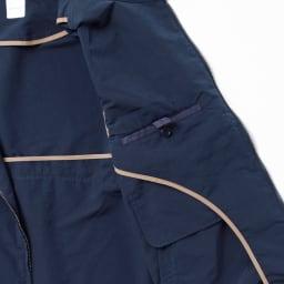 撥水メモリータフタ スウィングトップブルゾン 内側のパイピングは配色にして、こだわりを。ボタンつきのポケットがあるのも便利です。