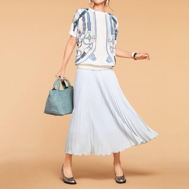 ピンドットストライプ柄 プリーツ スカート コーディネート例 /ブラウス&スカートの組み合わせを、澄んだエレガンスが香るデザインで春にシフト!