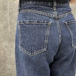 フレンチリネン混 デニム テーパードパンツ 後ろ姿はアールの付いたベース型ポケットでヒップをコンパクトに見せます。