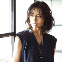 YUKIKO OKURA/ユキコ・オオクラ レピドライト ドロップ ロングペンダント 着用例