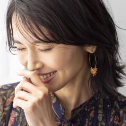YUKIKO OKURA/ユキコ・オオクラ カラーストーン フリンジ フープピアス (イ)カーネリアン 着用例