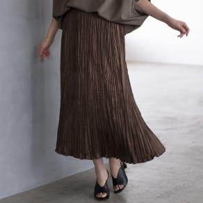 サテン素材 ランダムプリーツ ロングスカート 写真