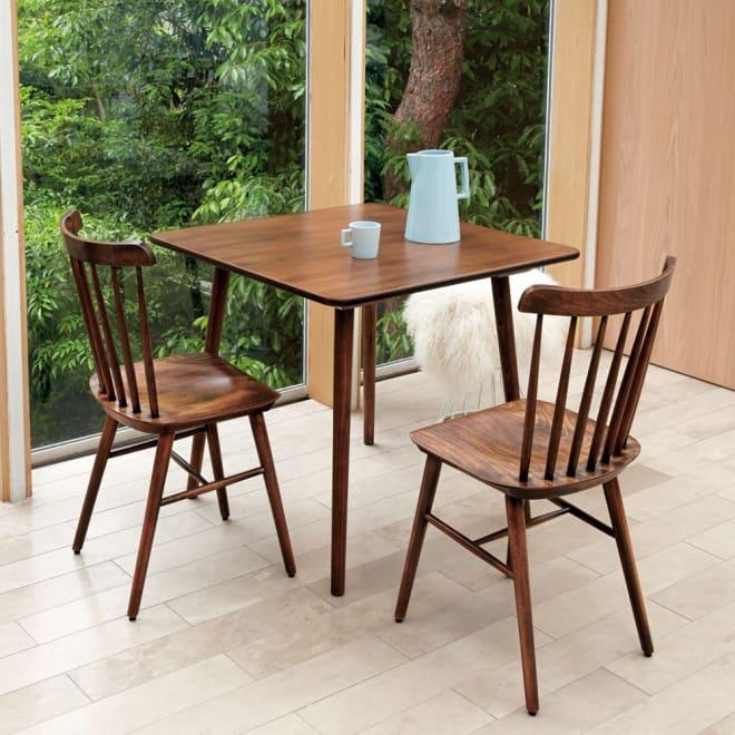 【レンタル仮申込】アンティーク風テーパーダイニングテーブル 正方形テーブル[チェコTON社製] [コーディネート例]※お届けはダイニングテーブル 正方形タイプです。