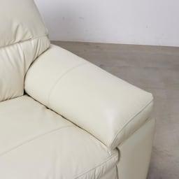 【レンタル商品】2人掛け Sediangelo/セディアンジェロ スーパーソフトクッション レザーソファ (ラブソファ) 肘部分は綿入りでふっくらとしています。