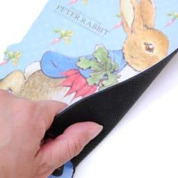 ピーターラビット/ディアカーズ ダイカットマウスパッド 裏はすべりにくいゴム素材。
