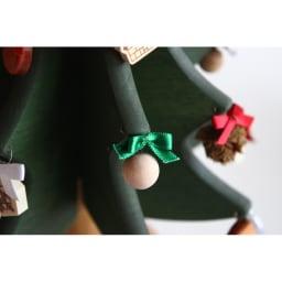 日本製/オークヴィレッジ オルゴール付クリスマスツリー・プチ オーナメントは葉っぱの穴に通すだけで簡単に飾ることができます。