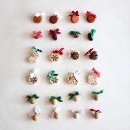 日本製/オークヴィレッジ オルゴール付クリスマスツリー・プチ オリジナルのオーナメントは24個。リボンの色は赤・緑・白の3色です。