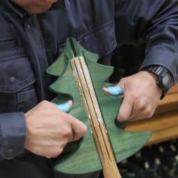 日本製/オークヴィレッジ オルゴール付クリスマスツリー・プチ スタンダードのツリーの葉は、「追入れ組み」と「蟻組み」という伝統工法で組んでいます。葉も、幹も、鉢も、星も、すべて日本の木で出来ています。