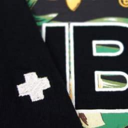 RealBvoice(リアルビーボイス)/ボタニカル柄 Tシャツ 袖にはクロスの刺繍入り