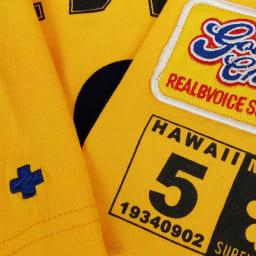 RealBvoice(リアルビーボイス)/キッズ クローバー柄 Tシャツ(130-160cm) 左袖にはワッペンと車検証をモチーフのプリント、右袖にはクロス刺繍をそれぞれ施しています