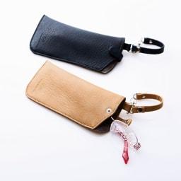 COGIT(コジット)/かばんにつけるメガネポケット 上から(ア)ネイビー、(イ)ベージュ