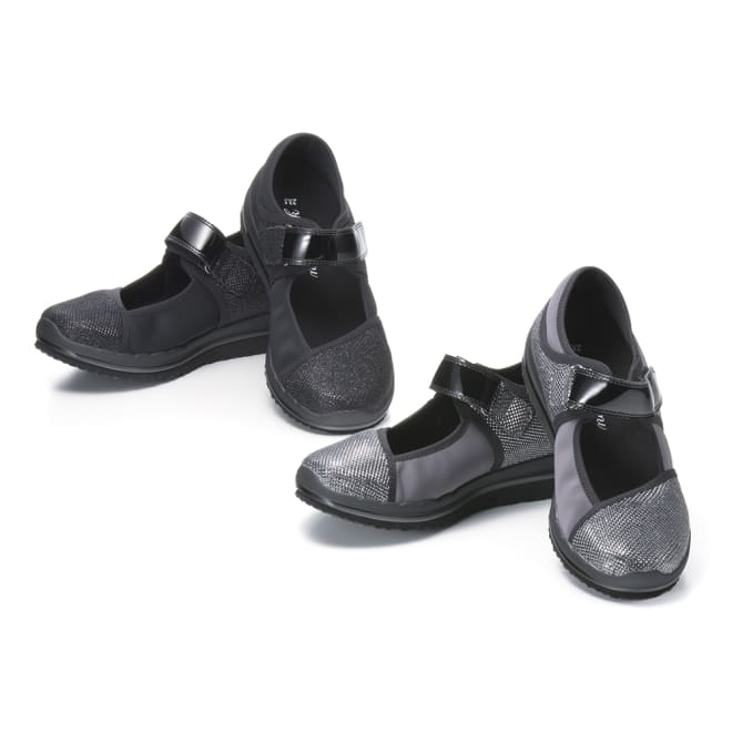 ヌーディウォークパンプススニーカー 履くと良い姿勢とされる「かかと重心姿勢」に導き、履いて歩くことで「自然と筋肉が使えて」スリムを目指せる新感覚シューズ!カラーはコーディネートしやすい定番ブラックと華やかなシルバーの2色。