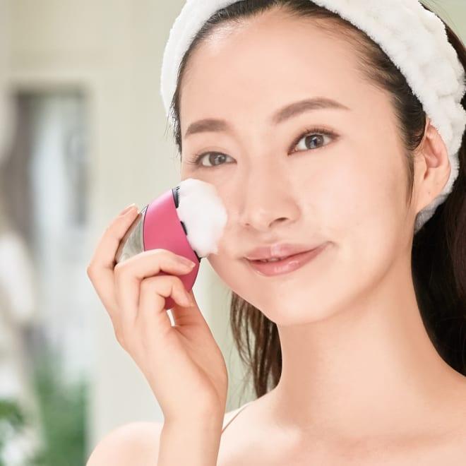 ミーゼ クレンズリフト 洗顔しながら顔の引き締めケアができる注目の美顔器。潤いケアしながら顔を引き締めるモードも搭載!お風呂でも使える防水タイプ(IPX7)。シリコン製ブラシも水洗いできます。(※充電台は防水ではありません。)