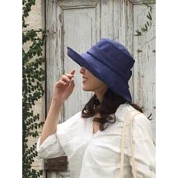 ベル・モード フレンチリネンUVケア帽子 つばが広めの女優帽スタイル。つばの長さ、傾斜を前・横・後ろで微妙に変えて、小顔に見えるよう工夫。(イ)ネイビー