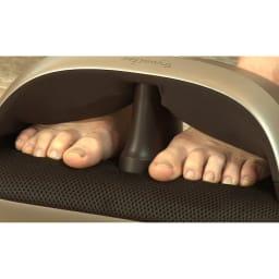 トライウォーカー 両足を乗せてスイッチを入れると、甲の部分をエアーが挟み込み、足裏を揉み玉が刺激!上下から気持ちよく刺激します。