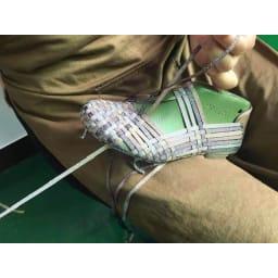 ゴムゴム メッシュシューズ 1足1足、手編みで作っているので、1人の職人が1日6足しか作れません。このフィット感は手編みならでは!