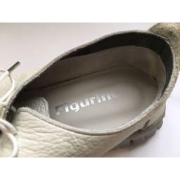 レザースニーカー フィグリーノ 履き口部分に起毛素材をあしらい、一枚仕立てすることで、革本来の柔らかさで足を包み込みます。体重のかかる、かかと裏部分にはクッション性の高い低反発素材を使用。着地の衝撃を吸収してくれます。