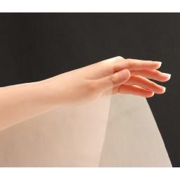 人毛100%ウィッグ(セミロングタイプ) 分け目の地肌部分には、薄型の肌色人工地肌をあしらっています。メッシュ状なので通気性もよく、快適。