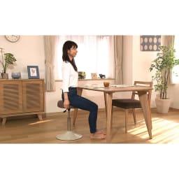MIZUNO/ミズノ スクワットスリールα(アルファ) 《イスとしての使用例》キッチンカウンターやダイニングテーブルなど、様々な高さに合わせて。気づいた時にスクワットすればOKです。