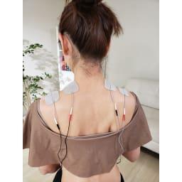 シェイプビート7 Body&Face ●使用例:肩。 ケア(肩、腰)・リフレッシュ(ふくらはぎ~足裏)のモードも搭載 つらい肩の筋肉へ様々な気持ちいい刺激がアプローチ