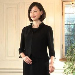東京ソワール ブラックフォーマル アンサンブル風ワンピース 夏用 ジャケットを羽織っているように見えますが、実はワンピース1枚。重なり部分も少なく、背中も熱がこもりにくい。