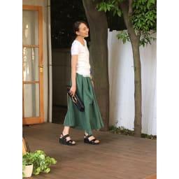 美人ぐせサンダル スタイルアッププラス ○流行のロングスカートにブラックを合わせると、大人のカジュアルスタイルが完成。ちょっとしたお買い物にもおしゃれ感が漂います。