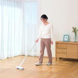 コードレス回転モップクリーナーNeo + モップが回転する推進力により、女性でも軽い力でラクラクお掃除できます!
